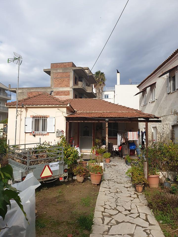 Πωλείται οικόπεδο 395τμ με μονοκατοικία και ξεχωριστή διώροφη οικία
